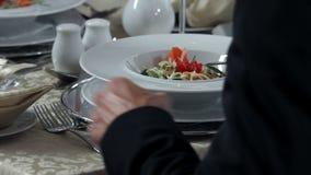 prachtig en unieke decoratieve plaats die voor romantische diner en kelner plaatsen stock footage