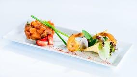 Prachtig gediende heerlijke tartare met garnalen op de plaat o royalty-vrije stock afbeelding