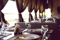 Prachtig gediende lijst in een restaurant stock afbeeldingen