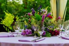 Prachtig gediende lijst in een restaurant royalty-vrije stock afbeelding