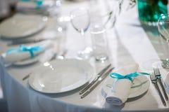 Prachtig georganiseerde gebeurtenis - gediende banketlijsten klaar voor gasten royalty-vrije stock afbeeldingen