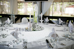 Prachtig georganiseerde gebeurtenis - gediende banketlijsten klaar voor gasten stock afbeeldingen
