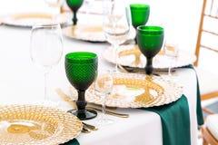 Prachtig georganiseerde gebeurtenis - gediende feestelijke rondetafels klaar voor gasten stock foto
