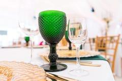 Prachtig georganiseerde gebeurtenis - gediende feestelijke rondetafels klaar voor gasten stock afbeelding