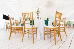 Prachtig georganiseerde gebeurtenis - gediende feestelijke rondetafels klaar voor gasten royalty-vrije stock afbeeldingen