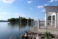 Prachtig groen eiland op het stadsmeer royalty-vrije stock foto's