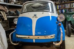 prachtig herstelde blauwe witte Isetta 300 van BWM stock foto
