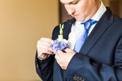 Prachtig huwelijk boutonniere op een kostuum van bruidegomclose-up royalty-vrije stock afbeeldingen