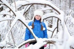 Prachtig kind in het sneeuwhout Stock Foto