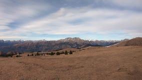 Prachtig landschap bij Monte Pora-gebied en aan Presolana-bergketen in de winter droog seizoen alpen Italië stock videobeelden