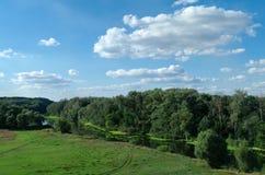 Prachtig landschap met groene bomen en de rivier Royalty-vrije Stock Foto