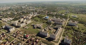 Prachtig modern stads centraal deel met keurige groene districten en gebouwen met meerdere verdiepingen stock videobeelden