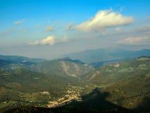 Prachtig panorama over de randen en Technologie-Vallei met middeleeuwse stad Prats DE Mollo van de Toren van Mir, Pyreneeën-Orien stock afbeelding