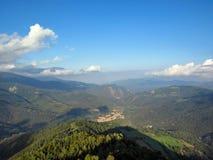 Prachtig panorama over de randen en Technologie-Vallei met middeleeuwse stad Prats DE Mollo van de Toren van Mir, Pyreneeën-Orien stock fotografie