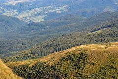 Prachtig panorama van de bergen van de Karpaten, de Oekraïne Altijdgroene meest gorest heuvels De bergenlandschap van de Karpaten royalty-vrije stock afbeeldingen