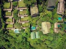 Prachtig panorama van de daken van plattelandshuisjes in een groene oase stock afbeelding
