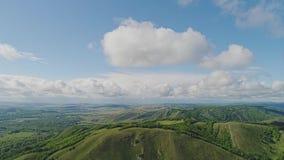 Prachtig panorama van het berglandschap De camera wordt overgebracht van de bergbovenkant aan de hemel stock footage