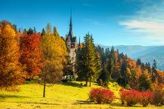 Prachtig Peles-kasteel met tuin in de herfst, Transsylvanië, Roemenië, Europa Royalty-vrije Stock Afbeelding