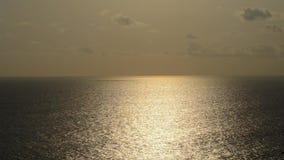 Prachtig rode zonsondergang over oceaan Mooie zonsopgang, zonsondergang op het overzees Licht, zonneschijn Hemel met Wolkenachter stock video