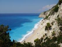 Prachtig strand in Griekse kust van Middellandse-Zeegebied Royalty-vrije Stock Foto