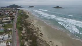 Prachtig strand, strand Vila in Imbituba, Santa Catarina, Brazilië stock footage