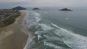 Prachtig strand, strand Vila in Imbituba, Santa Catarina, Brazilië stock video