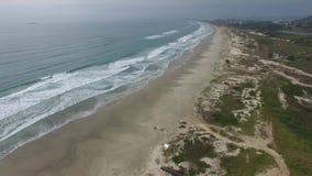 Prachtig strand, strand Vila in Imbituba, Santa Catarina, Brazilië stock videobeelden