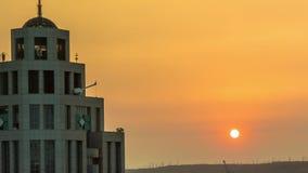 Prachtig Timelapse-Satellietbeeld van Zonsondergang en de Oranje Hemelcityscape Bouw stock video