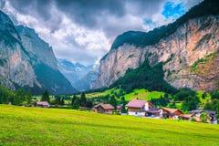Prachtig toeristisch alpien dorp met de zomer groene gebieden, Lauterbrunnen, Zwitserland royalty-vrije stock afbeelding