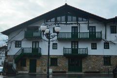 Prachtig Typisch Huis van het Baskische Land in het Natuurreservaat van Gorbeia De Landschappen van de architectuuraard royalty-vrije stock foto's