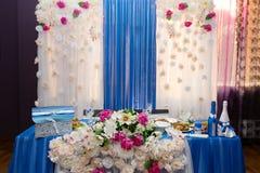 Prachtig verfraaide Bruids lijst voor de jonggehuwden, de droge takjes en de roze bloemen Stock Afbeeldingen