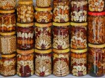 Prachtig verfraaide kruiken met honing en noten als traditionele herinnering Royalty-vrije Stock Afbeelding