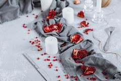 Prachtig verfraaide lijst met stukken rode granaatappel, handdoeken en kaarsen royalty-vrije stock afbeeldingen