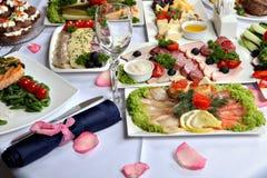 Prachtig verfraaide lijst, met vlees en vissenspecialiteiten royalty-vrije stock foto