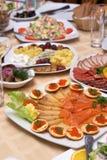 Prachtig verfraaide maaltijd op platen bij restaurant Stock Foto's