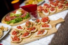 Prachtig verfraaide richtende banketlijst met verschillend voedsel stock fotografie