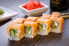 Prachtig verfraaide sushi op een houten raad Stock Foto