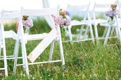 Prachtig verfraaide witte stoelen voor huwelijksontvangst in openlucht Het decor van het huwelijk Sluit omhoog royalty-vrije stock afbeelding