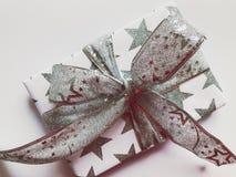 Prachtig verpakte Kerstmisgift op een duidelijke witte achtergrond royalty-vrije stock fotografie