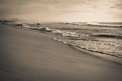 Prachtig zeegezichtlandschap op Atlantische kust met bergla rhune in de rug in zwarte en whit Stock Fotografie