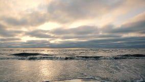 Prachtige achtergrond Mooi Sandy Beach bij zonsondergang De golf komt aan de kust stock video