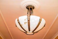 Prachtige barokke kroonluchter op het plafond Stock Afbeeldingen