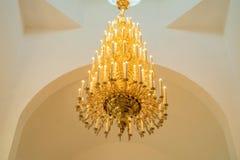 Prachtige barokke kroonluchter op het plafond Stock Foto's