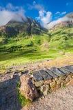 Prachtige dageraad over de bergen in Glencoe, Schotland stock foto