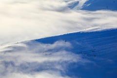 Prachtige de winterzon hoog in de bergen op mooie bossen en gebieden Fabelachtige de winterachtergrond voor een pamflet Royalty-vrije Stock Foto's