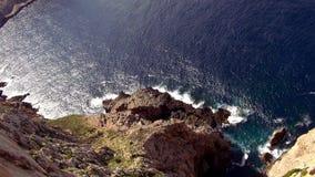 Prachtige die antenne van de klippenlijn wordt geschoten van Mallorca met diep blauw water stock footage