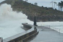 Prachtige die Momentopnamen in de Haven van Lekeitio van Huracan Hugo Breaking Its Waves Against de Haven en de Rotsen van de Pla stock fotografie