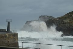 Prachtige die Momentopnamen in de Haven van Lekeitio van Huracan Hugo Breaking Its Waves Against de Haven en de Rotsen van de Pla royalty-vrije stock afbeeldingen