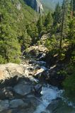Prachtige die Rivier door Oneindige Rotsen in het Nationale Park van Yosemite wordt omringd De Vakantie van de aardreis stock fotografie