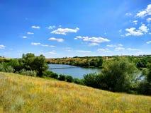 Prachtige Dnieper-rivier, brug, gebiedsgrassen, wilgen, blauwe hemel stock foto